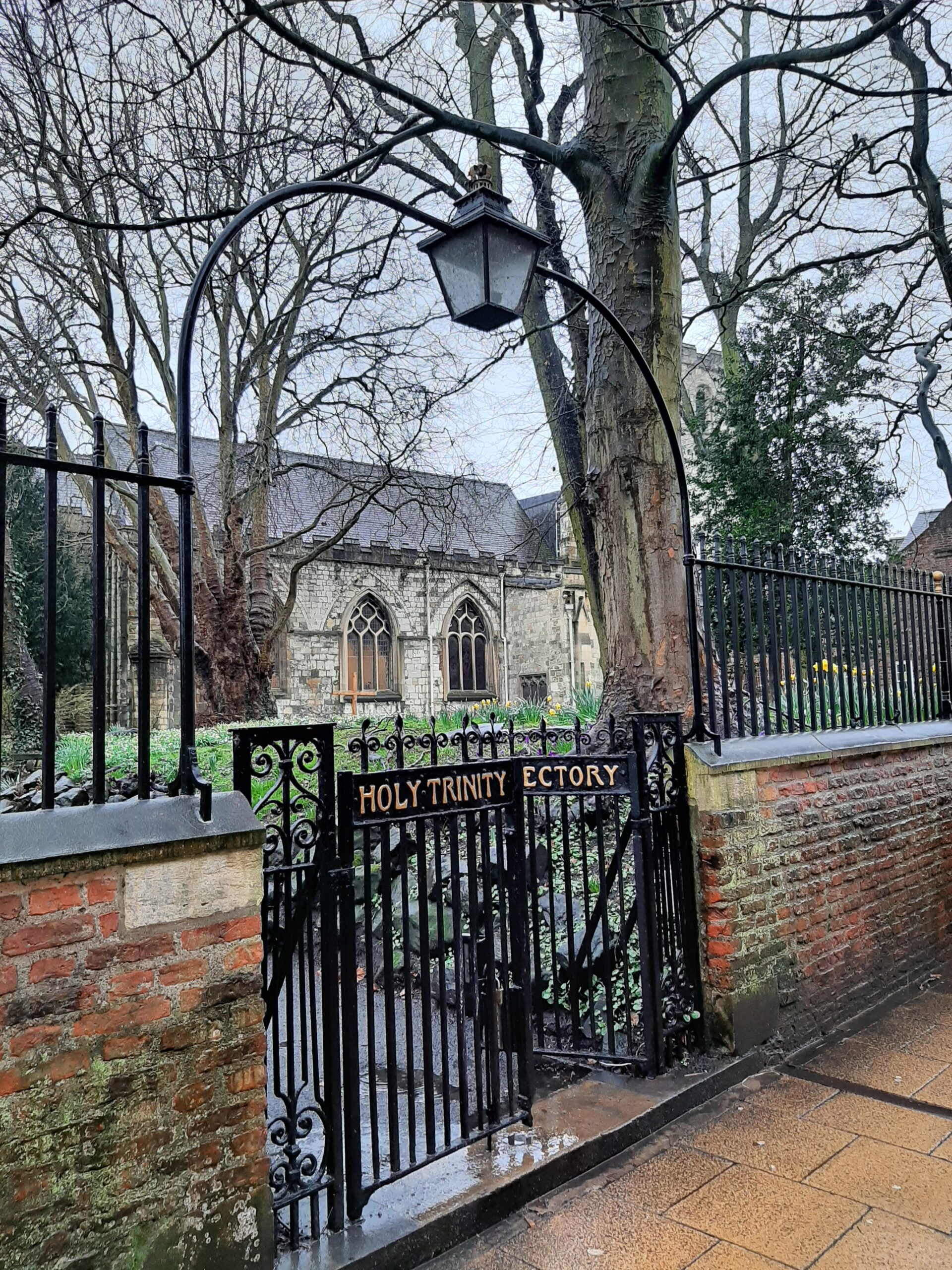 Holy Trinity Churchyard entrance with Victorian lamp